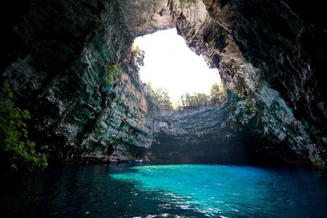 Пещерное озеро Мелиссани на острове Кефалония
